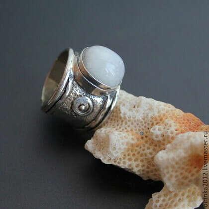 Кольцо Лунный камень в серебре