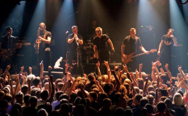 Выступить с рок-группой в качестве вокалиста