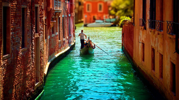 прокатиться на гондоле по каналам Венеции