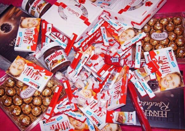 Много конфет и киндеров