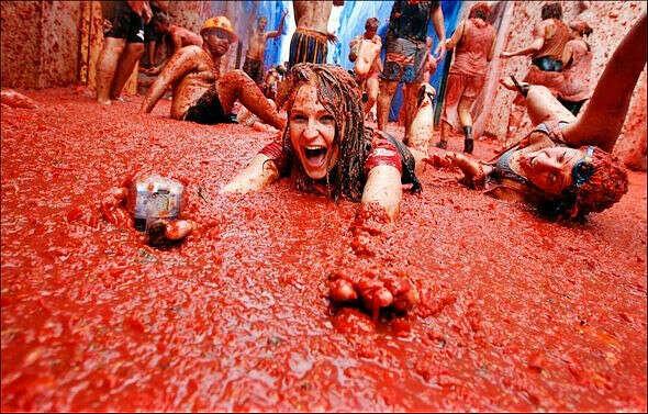 поехать на фестиваль помидоров в Испанию