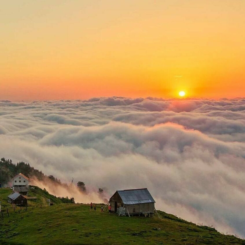 Полюбоваться закатом/рассветом в горах над облаками