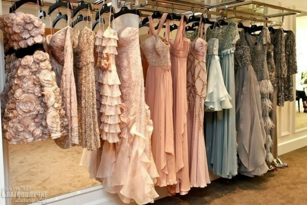 Много платьев)