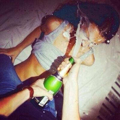 Сквирт шампанского в лицо