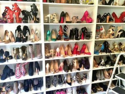 Огромную коллекцию модной обуви