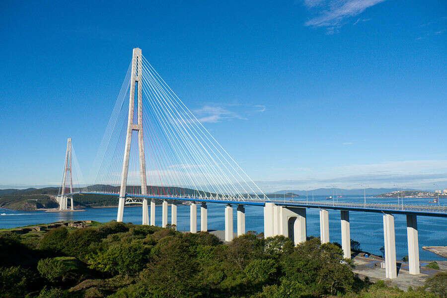 Посмотреть на мост на остров Русский