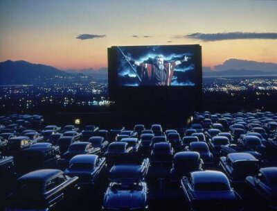 Просмотр фильма в автокинотеатре