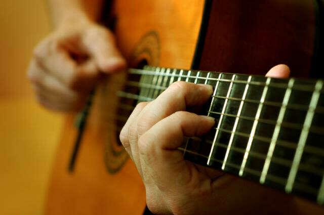 Научится играть на гитаре