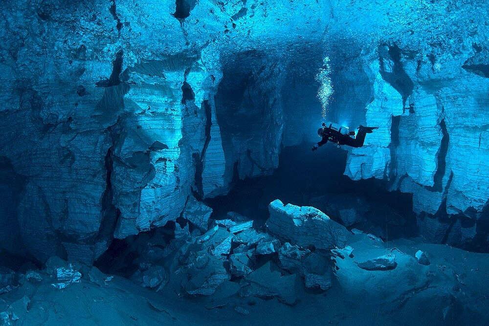 Погрузиться в подводную пещеру