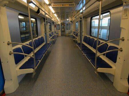 Быть одному в метро