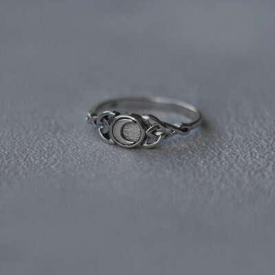 Серебряное кольцо с месяцем и кельтским обрамлением 15,5 size