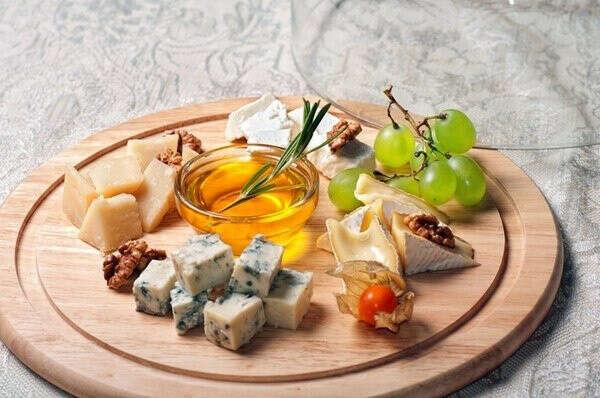 Сырная тарелка с мёдом
