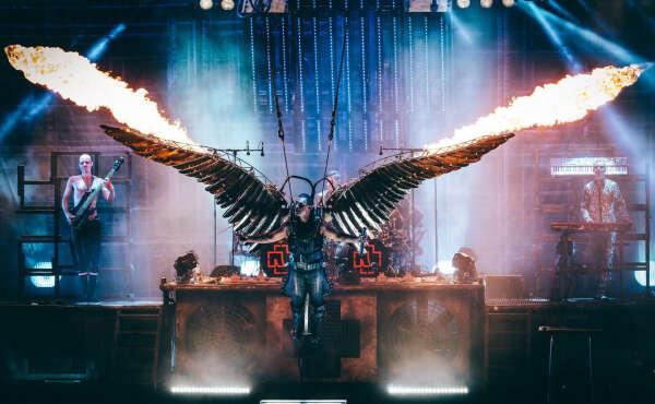 Стоять у сцены на концерте Rammstein
