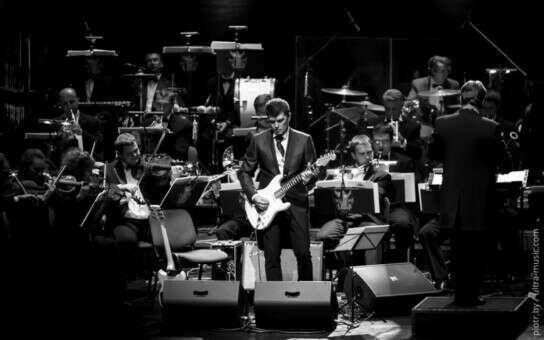 На коцерт песен Кино в исполнении симфонического оркестра