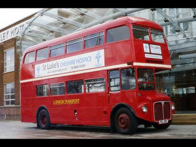 Покататься на втором этаже красного двухэтажного автобуса в Лондоне