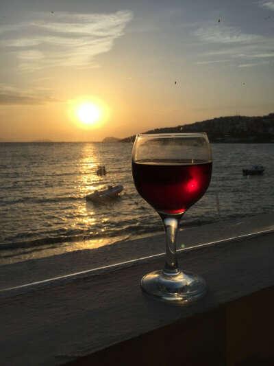 Попить вино в Питере на закате