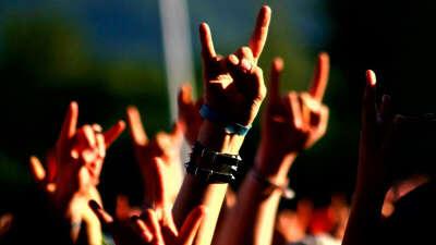 Хочу посетить рок концерты любимых рок-групп:)