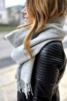 Большой серый шарф с бахромой