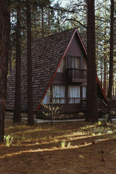 жить в уютном доме в лесу