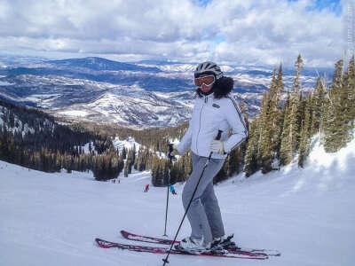 Я здорово провожу время катаясь на лыжах