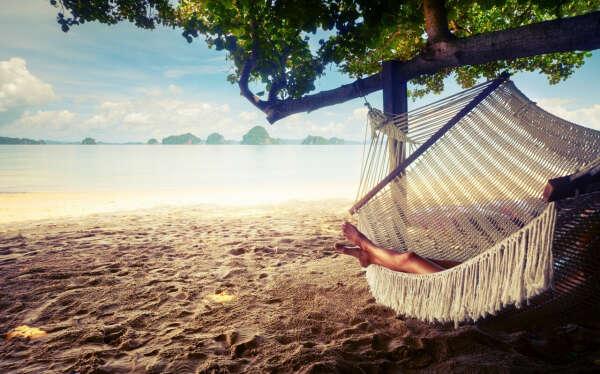Спать в гамаке на берегу моря