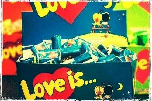 Много жевачки Love is
