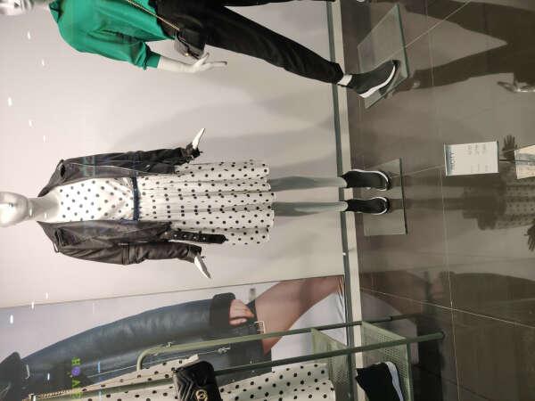 Платье белое в черный горошек под косуху