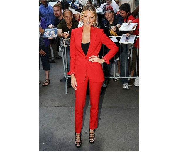 Красный брючный костюм