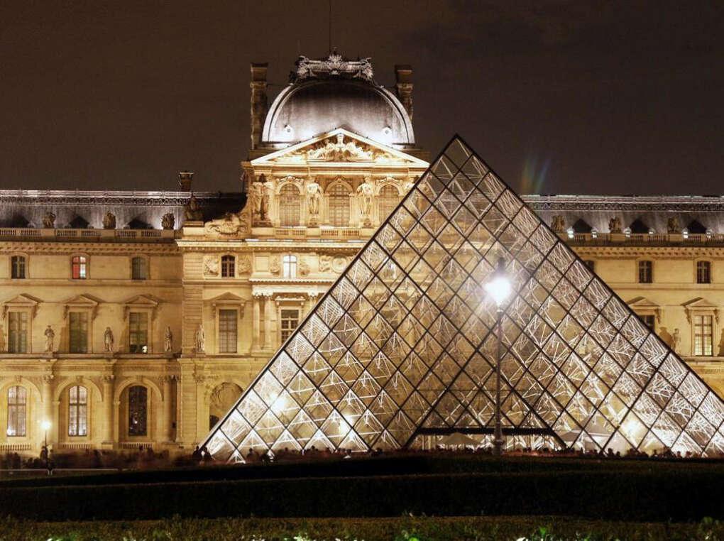 Побывать в Лувре.