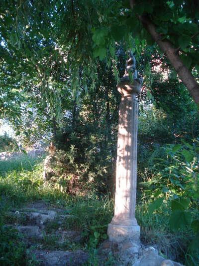 найти колоны и заброшенный сад
