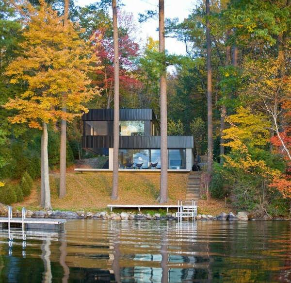 Дом у озера среди сосен