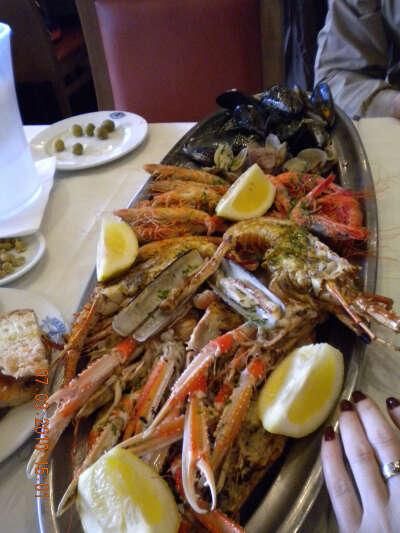 Много вкусных морепродуктов