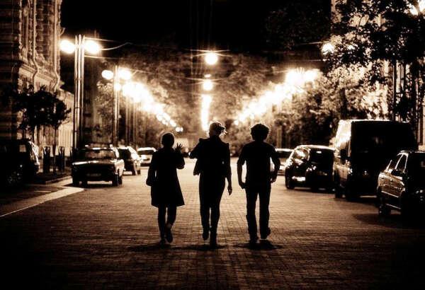Ночная прогулка с друзьями по городу