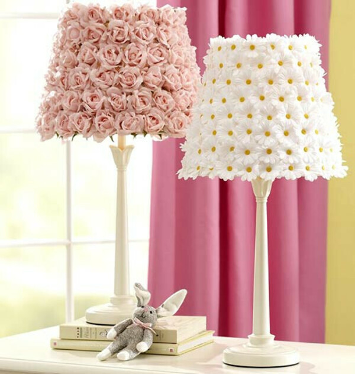 Лампа с искусственными цветами