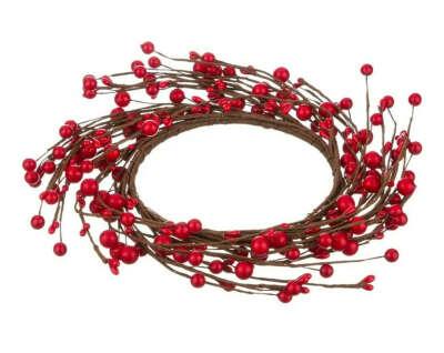 Декоративный венок с красными ягодами