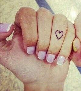 Татуировка-сердце на пальце
