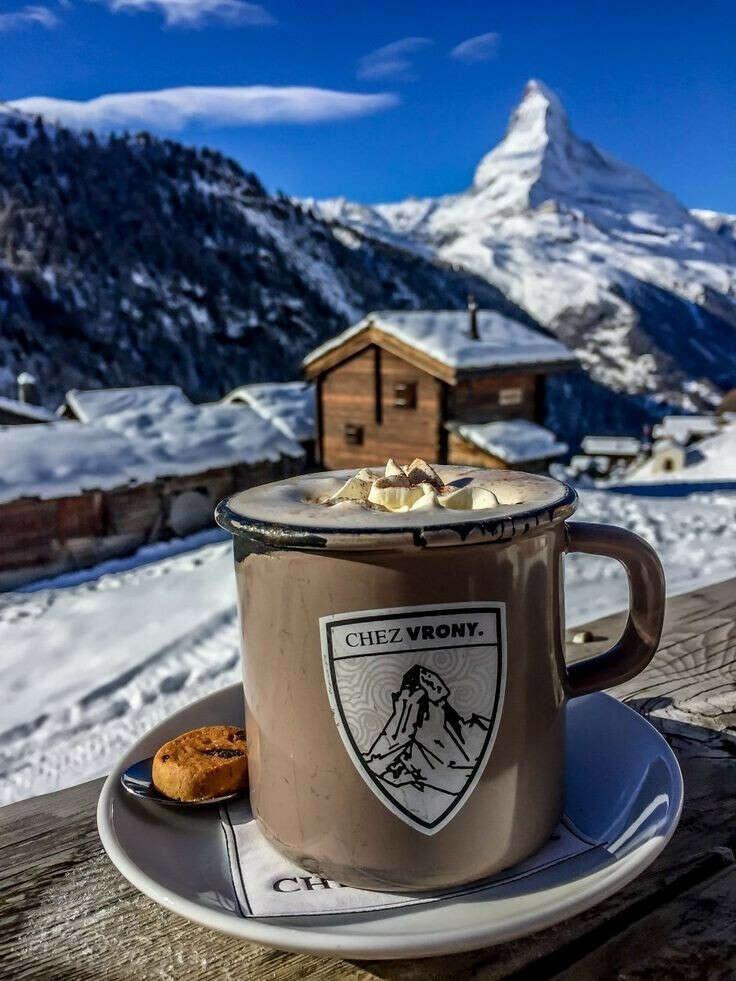 Выпить кофе с маршмеллоу в горах на веранде уютного домика