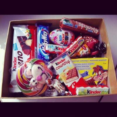 коробку со сладостями...)