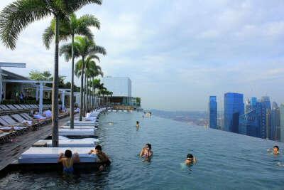 Поплавать в бассейне на крыше отеля Marina Bay Sands в Сингапуре.