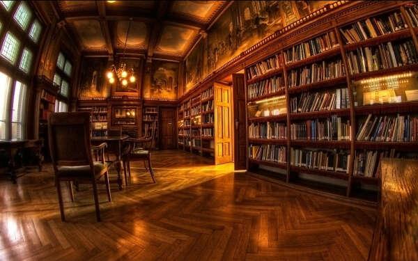 просторную комнату для библиотеки