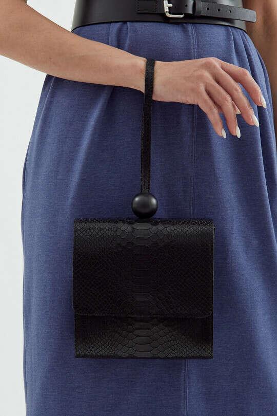 Сумка ЧЕРЕШНЯ черного цвета с тиснением под питона с декоративным шариком на клапане