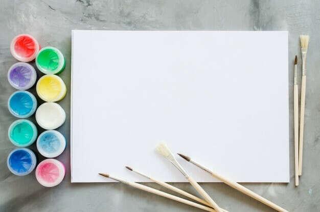 Кисти, краски и бумага для рисования