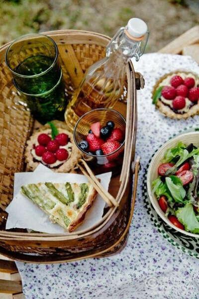 пикник на поляне с вкусняшками