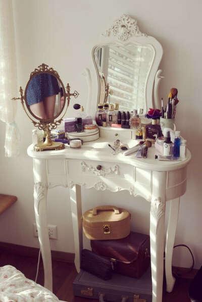 Туалетный столик и много-много-много косметики!!