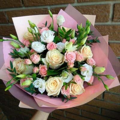 Букет с розами нежных отттенков