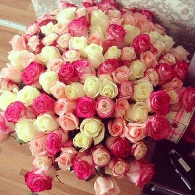 Большой букет розовых и белых роз