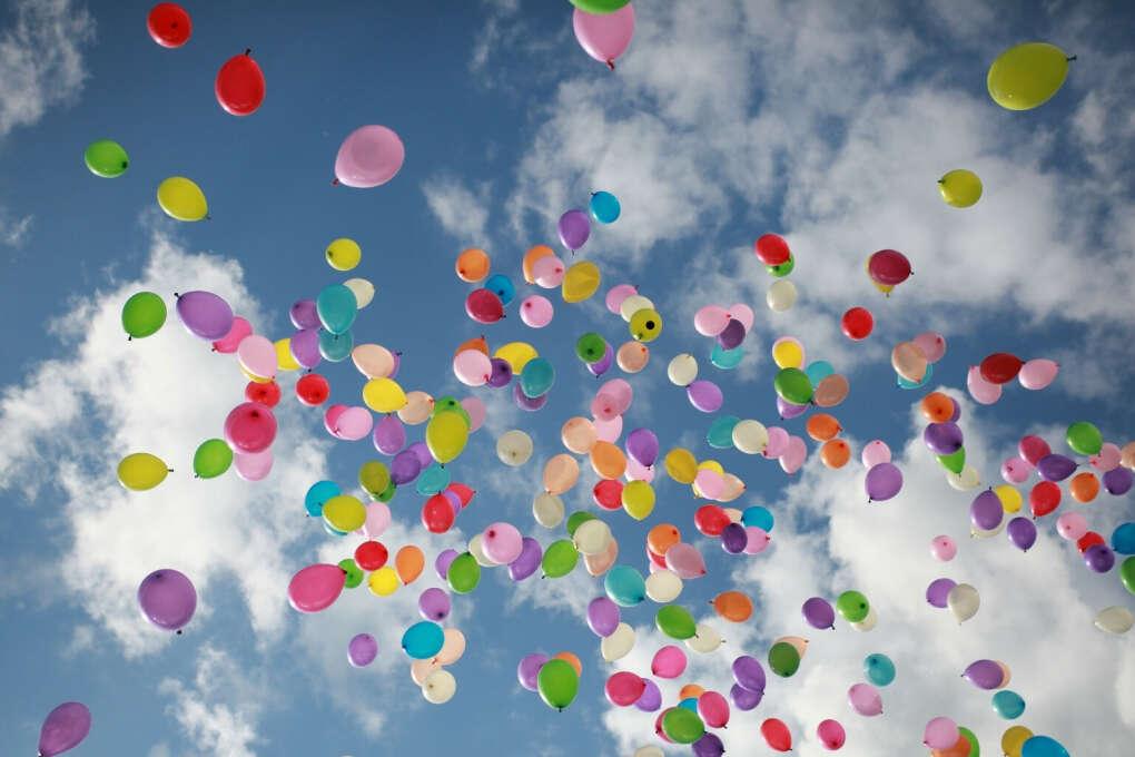 Запустить в небо 100 воздушных шариков!