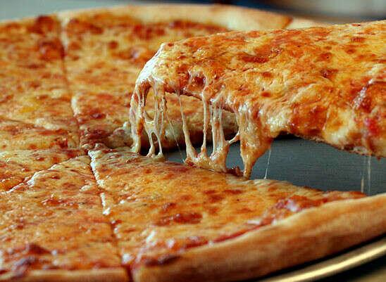 огромную пиццу
