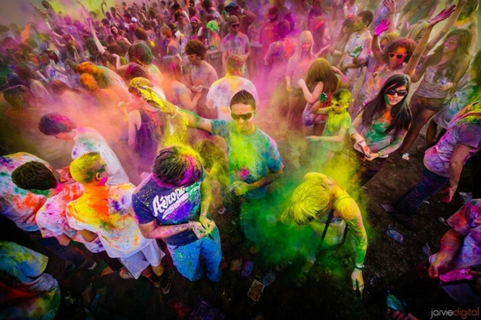 Побывать на фестивале красок:)