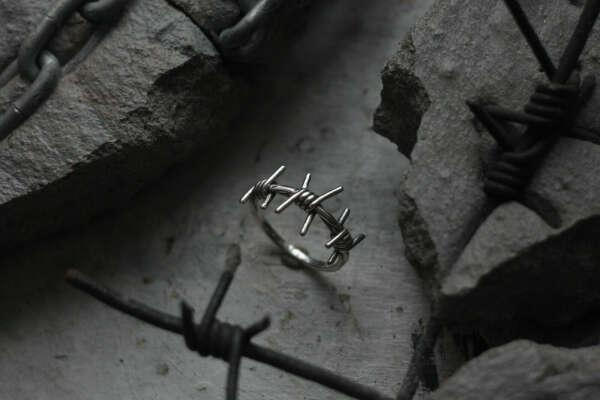 Кольцо в форме колючей проволоки из серебра с чернением